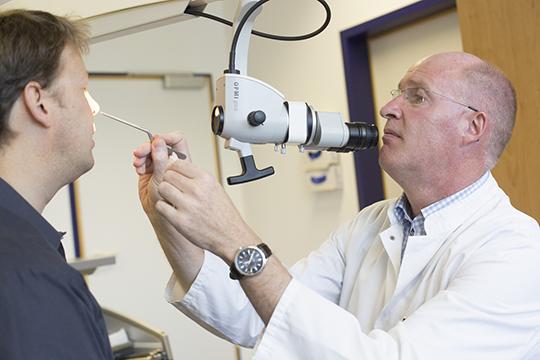 Prof. Andreas Dietz, Direktor der HNO-Klinik, nimmt sich zum 1. Patiententag für Kehlkopfoperierte ebenso wie seine Kollegen viel Zeit für persönliche Gespräche mit Patienten. Foto: Stefan Straube / UKL