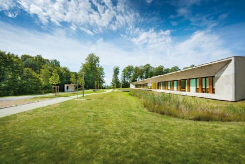 """Abb. 1: Lage und Gebäudearchitektur des Marburger Ionenstrahl-Therapiezentrums erhielten 2013 die Auszeichnung """"Herausragende Gesundheitsbauten"""" des Bundes Deutscher Architekten."""