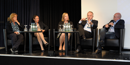 Abb. 1: Podiumsdiskussion (v.l.n.r.): Renate Haidinger, Dr. Steffi Busch, Dr. Petra Ortner, Dr. Jörg Schilling, Dr. Friedrich Overkamp.