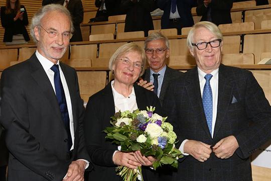 Prof. Dr. Andreesen (l.) mit seiner Frau Brigitte und Festredner Prof. Dr. Dr. Ernst Rietschel (Präsident der Leibniz-Gemeinschaft a.D.). ©UKR