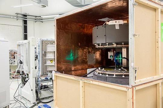 Im Experimentalraum des Nationalen Zentrums für Strahlenforschung in der Onkologie – OncoRay hat das Team um Dr. Ing. Aswin Hoffmann einen offenen MR-Scanner mit einem Protonenstrahl zum weltweit ersten Prototyp für in-beam MR-geführte Protonentherapie kombiniert. (© MFD/Stephan Wiegand)