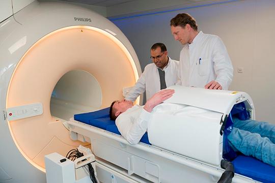 Das weltweit erste voll digitale Magnetresonanztomographiegerät (MRT) in Kombination mit einem neu entwickelten Tiefenhyperthermie-System. Prof. Dr. Lars Lindner (re.), Dr. Bassim Aklan. © LMU-Klinikum München/D. Lauffer