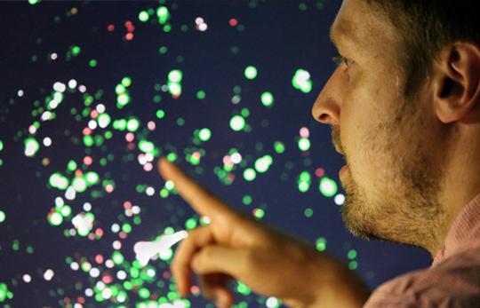 Der INP-Wissenschaftler Sander Bekeschus zeigt eine Aufnahme von Co-Kulturen aus Tumorzellen und Immunzellen