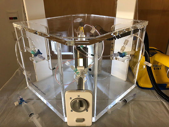 In der Applikationsbox wird die Testsubstanz aufbewahrt und für den Einsatz vorbereitet. (© UKD)
