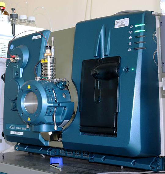 Mit dem Tandemmasssenspektrometer lassen sich verschiedene Stoffe in der Tränenflüssigkeit auftrennen. (© Fraunhofer IME)