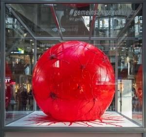 Überdimensionale Krebszelle im Berliner Hauptbahnhof schrumpfen lassen