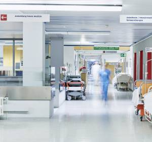 Burnout bei Krankenhausärzten: Chirurgenpräsident fordert Bürokratie-Abbau und Klinik-Kitas