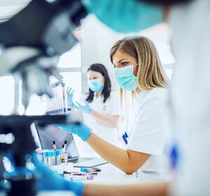 Laborautomatisierung%3A+Minifabriken+fu%CC%88r+die+Zelltherapie+von+Krebs